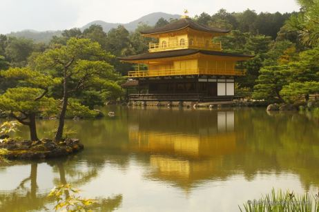 Despite the crowds, the reflections of the golden pavilion can be enjoyed