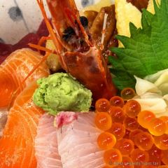 Ultra fresh sashimis on rice at Tsukiji market, Tokyo, Japan