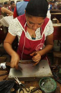 The gal's job: gently wrapping the cigar, Drew Estate, Esteli, Nicaragua