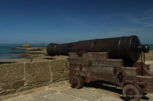 A canon along the fortified bastion de la Hollande, Saint Malo, France