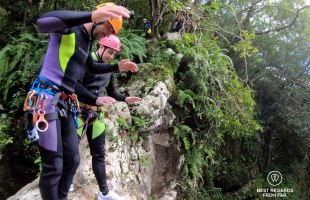 Olivier explaining how to tackle a high jump, canyoning the Reunion Island