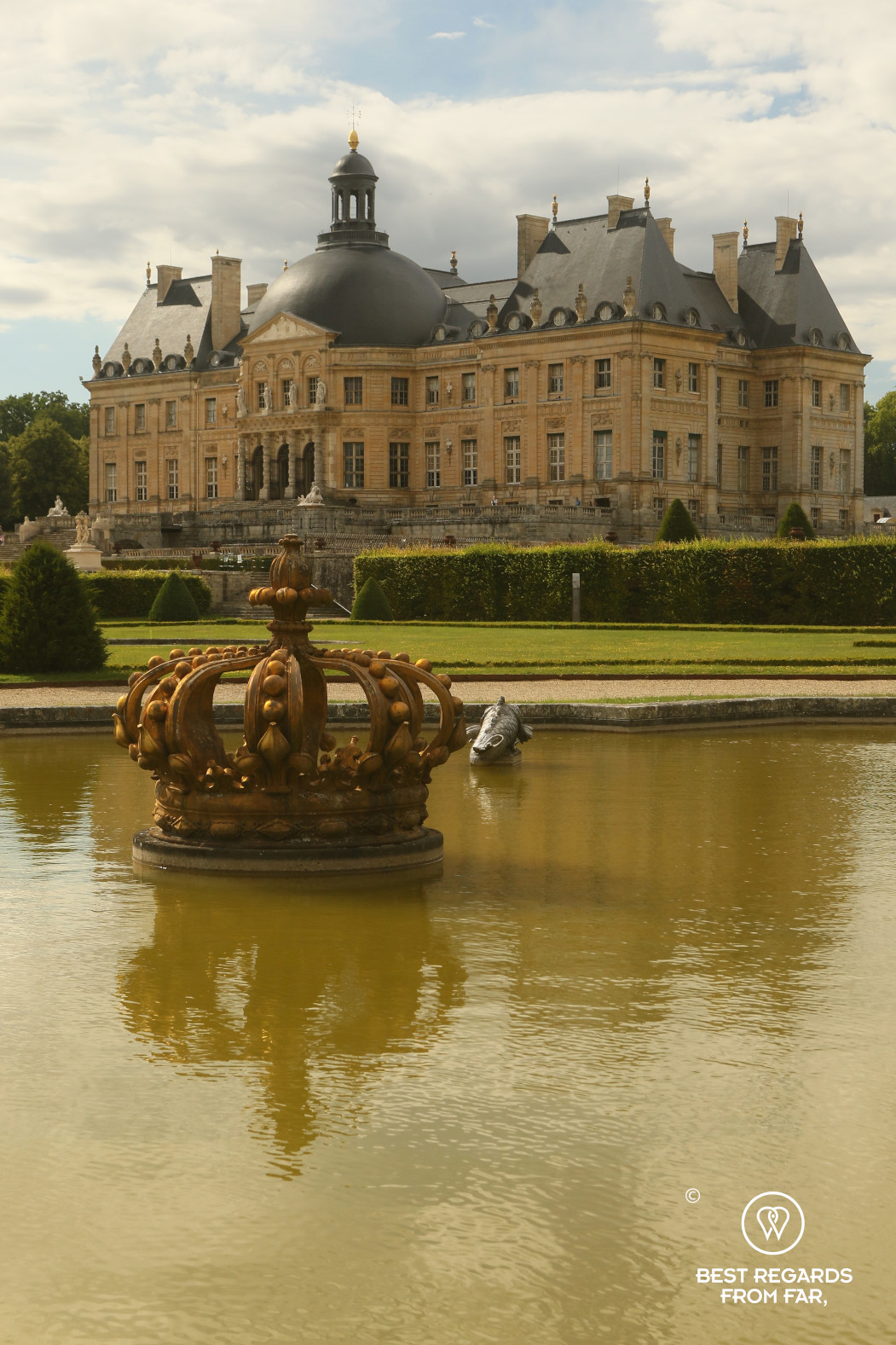 Castle of Vaux-le-Vicomte and its water pieces with a giant crown as a fountain.