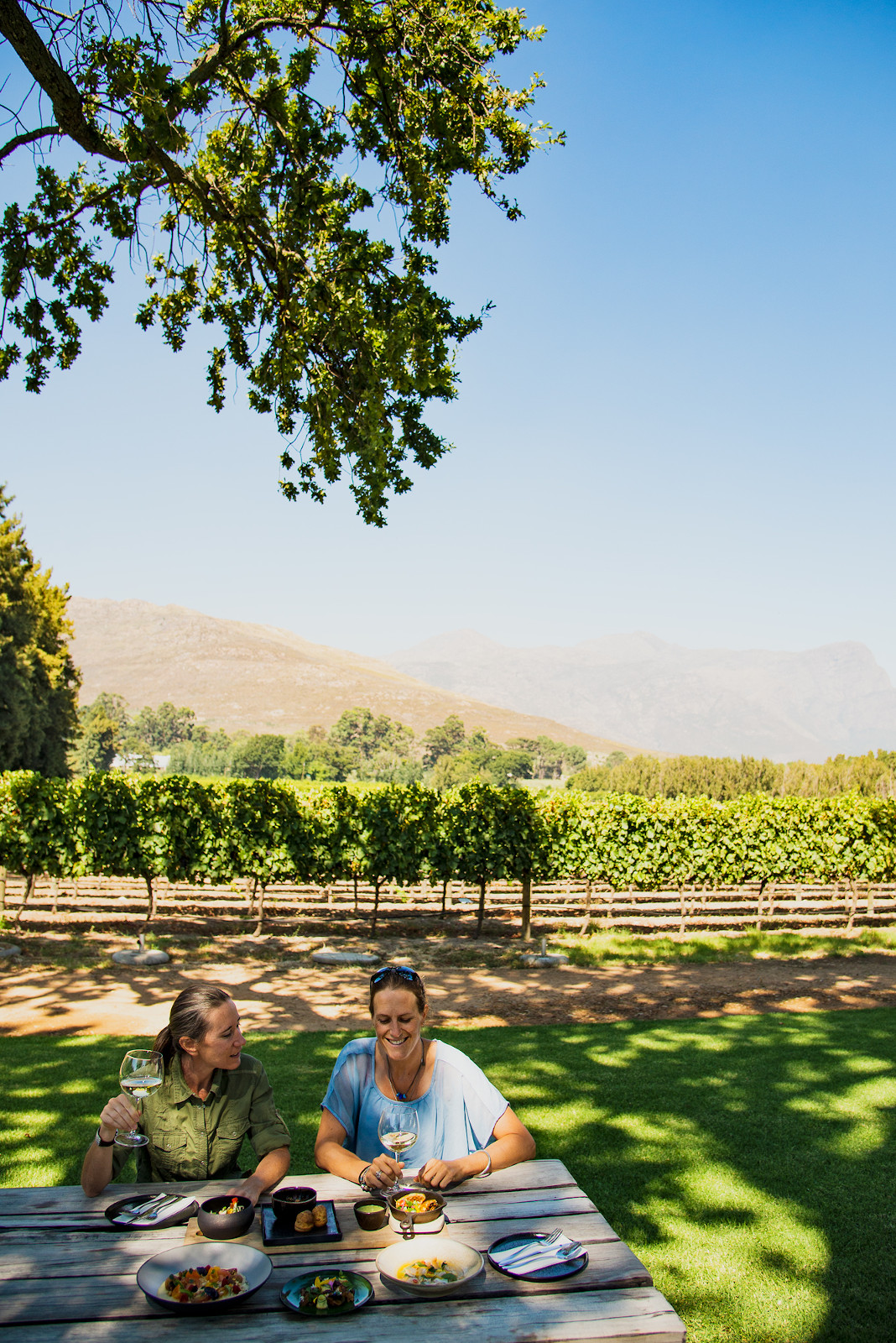 Writer and photographer Claire Lessiau & Marcella van Alphen having lunch in the vineyards at the Chefs' Warehouse Maison in Franschhoek