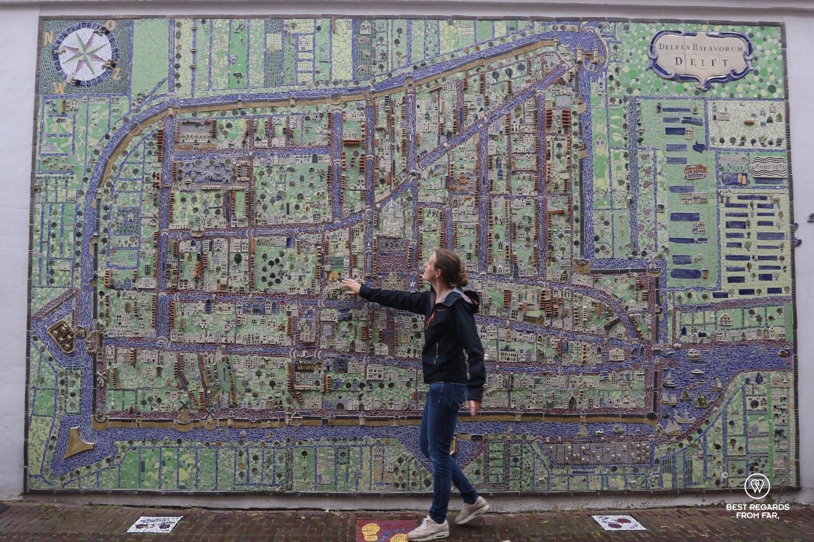 Photographer Marcella van Alphen in front of the Delft ceramic map