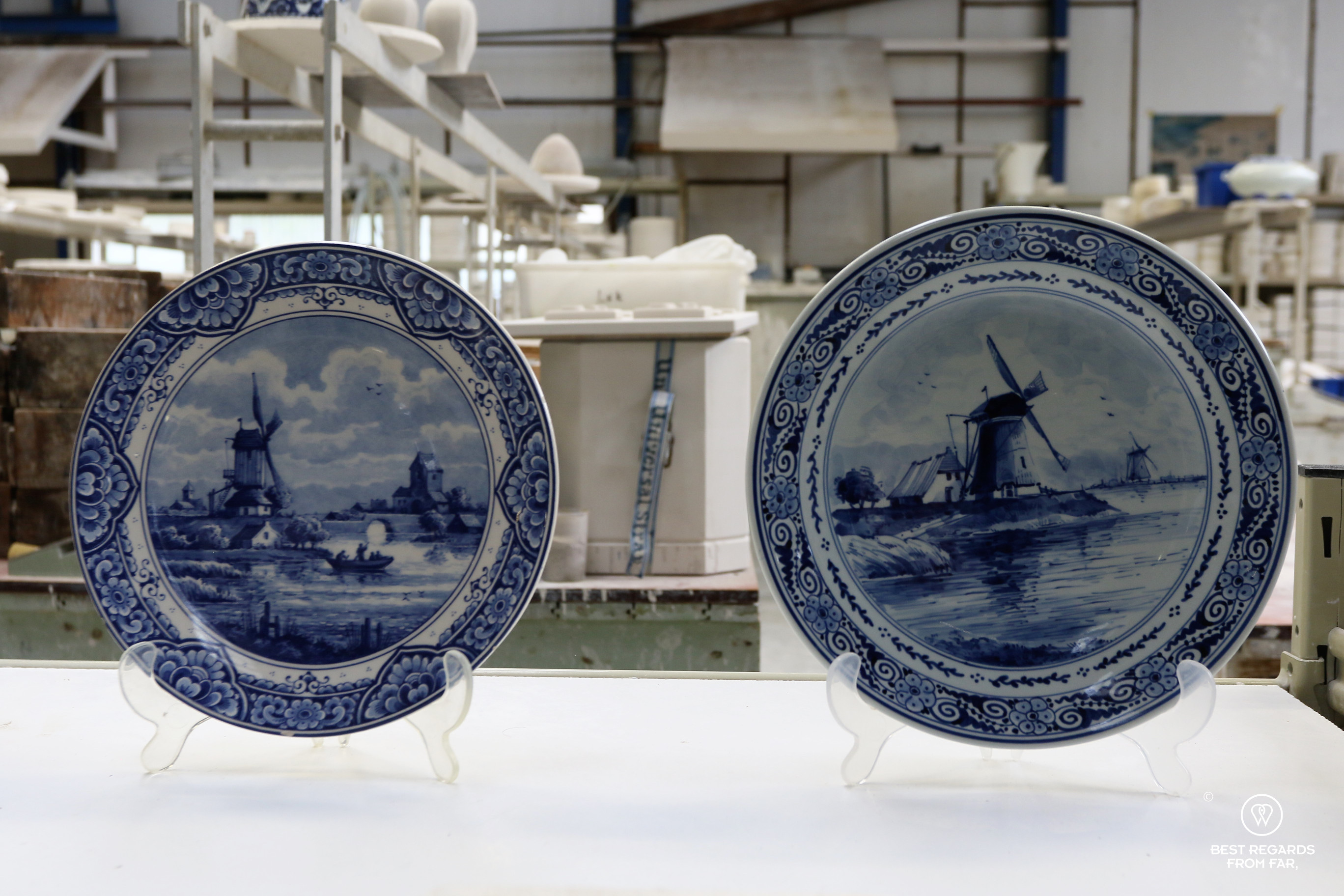 2 plates showing hand-painted vs. transferred motif at the Royal Delft factory